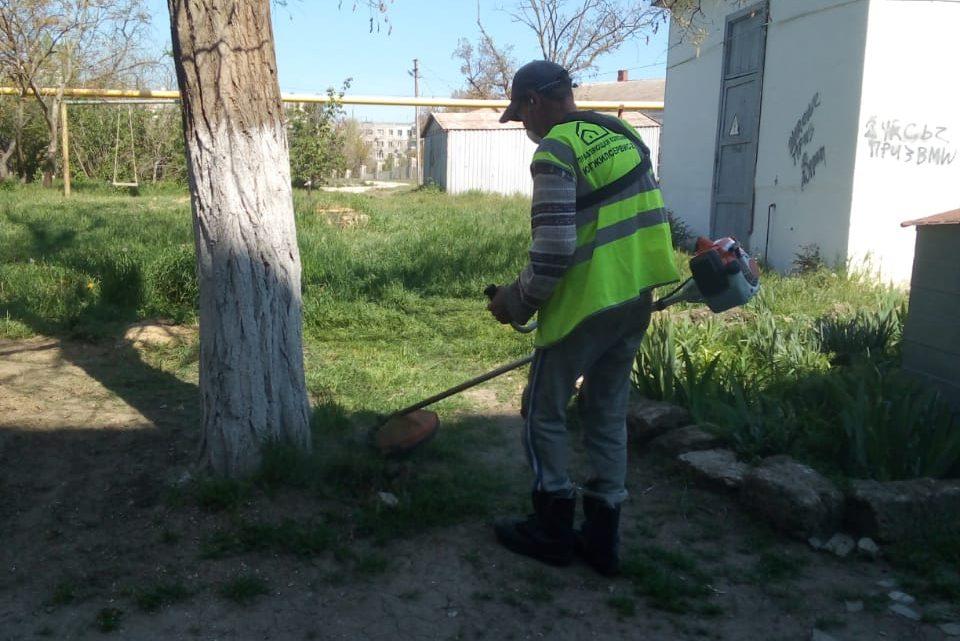 Югжилсервис-2 начал покос травы на вверенных домах в Керчи