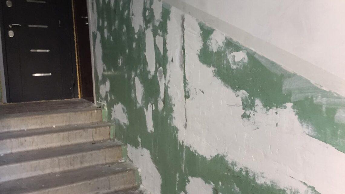 В доме № 13  по ул. Марата продолжается косметический ремонт подъездов