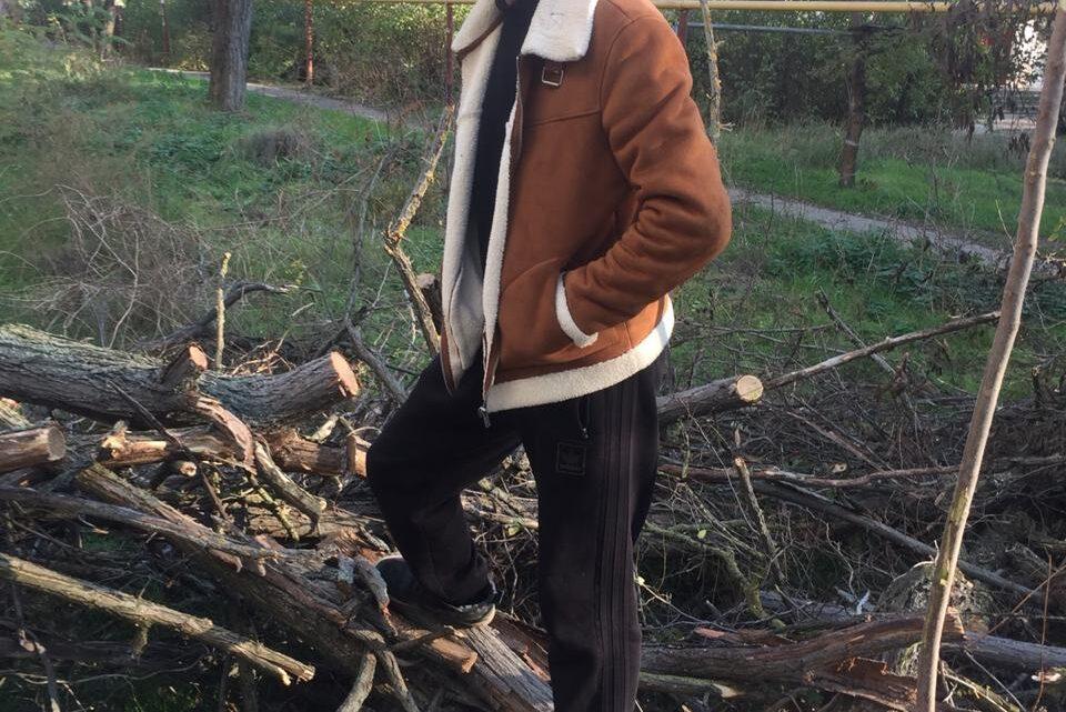 На Кирова 79 и 81 УК Югжилсервис-2 пилит аварийные деревья