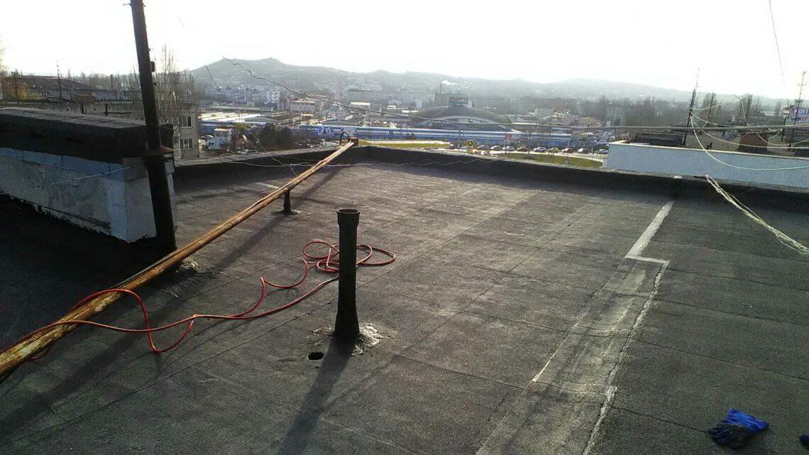 Специалисты УК Югжилсервис-2 провели ремонт крыши в доме на ул. Горького 3Б