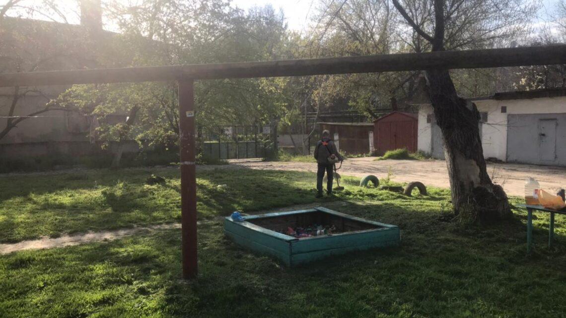 Покосили траву у дома Кирова, 79